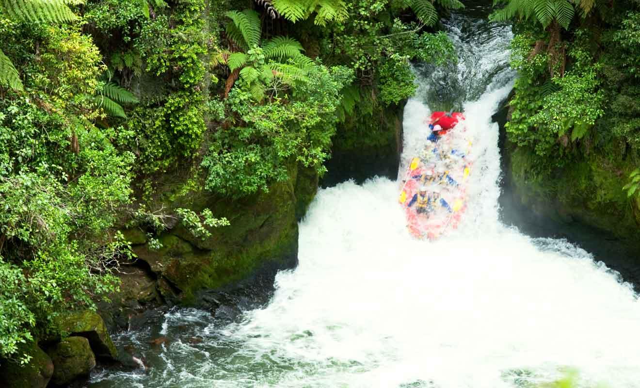 Vous devrez franchir une chute en rafting lors de la descente la plus difficile.