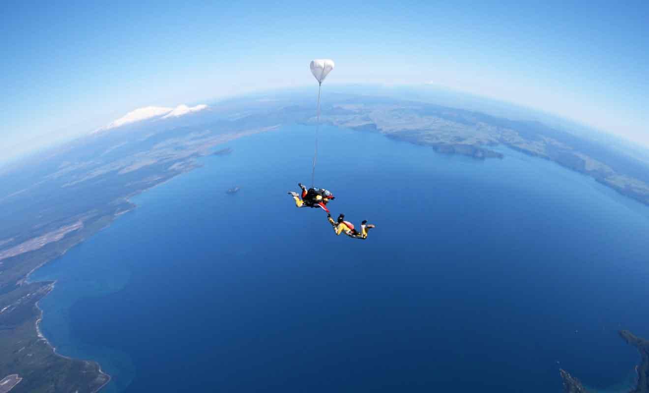 Le saut en parachute est réalisé en tandem avec un moniteur.