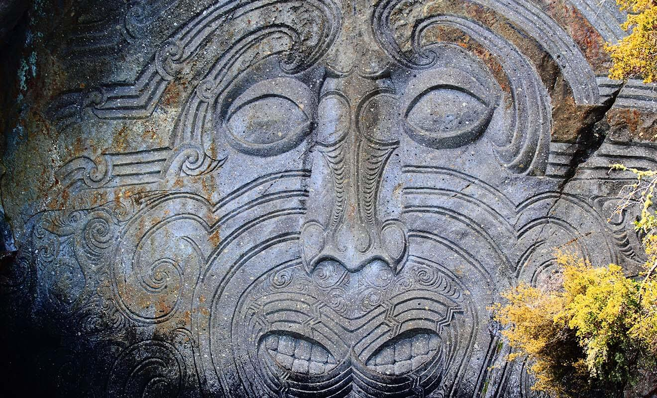 Cette sculpture maorie finement gravée dans la roche n'est accessible qu'en kayak sur le lac Taupo.