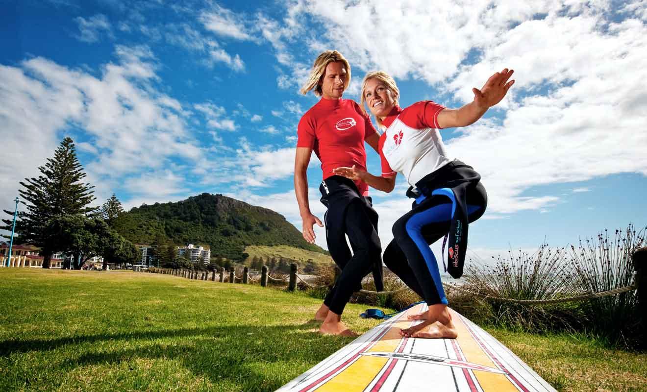 Les initiations au surf débutent toujours sur la terre ferme avant d'aller à l'eau.