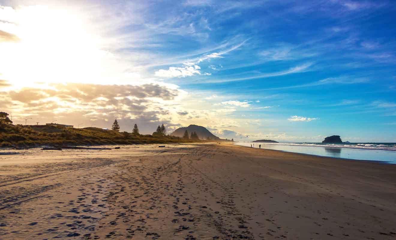 Main Beach est la plage principale qui longe l'océan Pacifique.