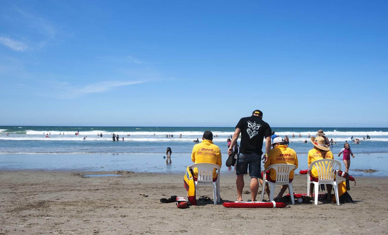 Avant de vous baigner, assurez-vous que la plage est surveillée par des maîtres nageurs et que le drapeau vert est bien hissé. Dans le cas contraire, ne prenez aucun risque et ne mettez pas le pied dans l'eau.