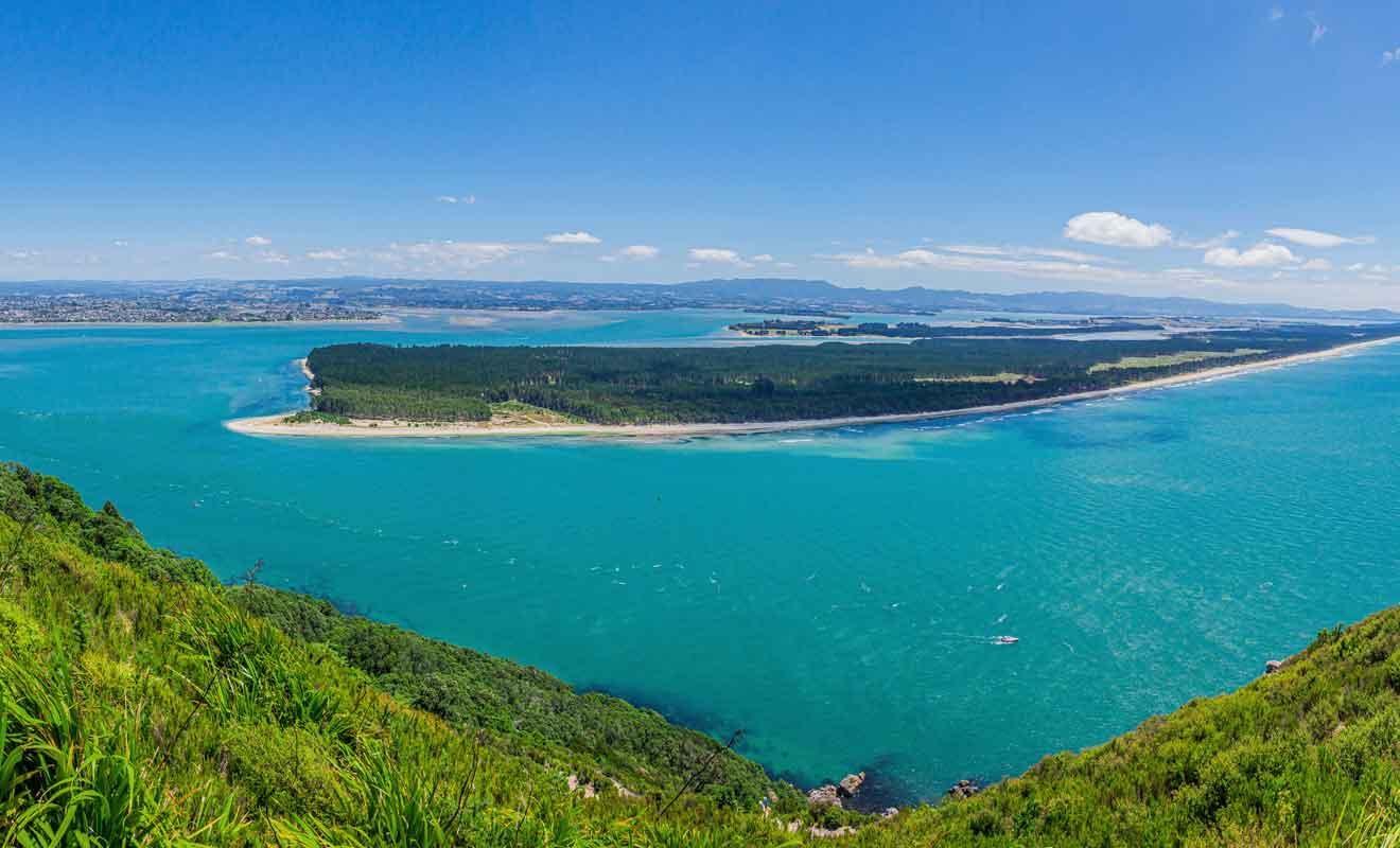 On ne réalise pas qu'il s'agit d'une île à première vue, mais Matakana Island protège Tauranga Harbour des tempêtes.
