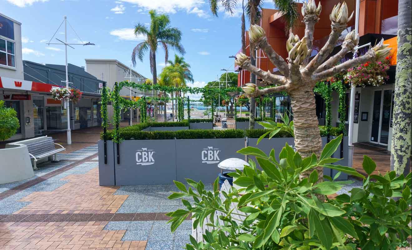 Vous trouverez des cafés, bars et restaurants dans les rues qui relient Main Beach et Pilot Bay Bach.