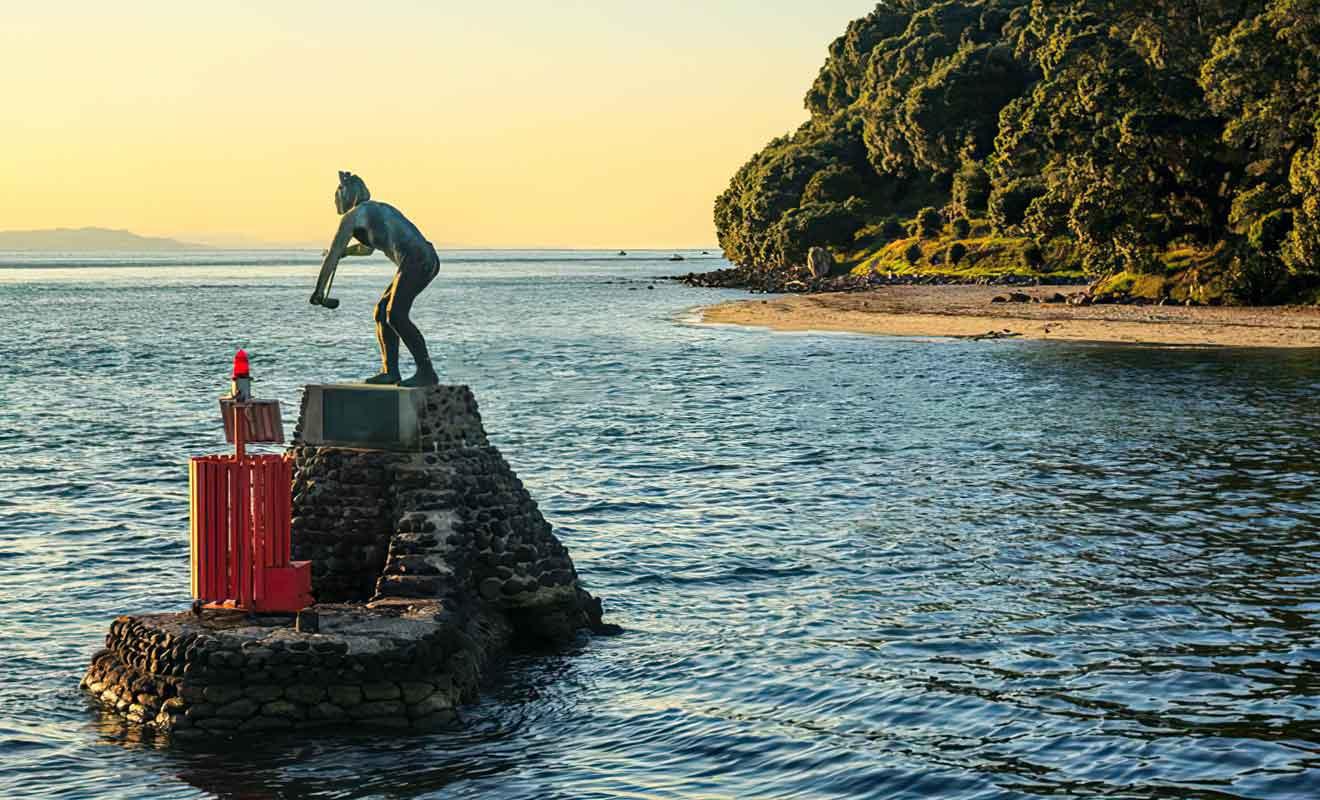 La statue du Dieu de la mer a été placée là pour surveiller le passage des navires.