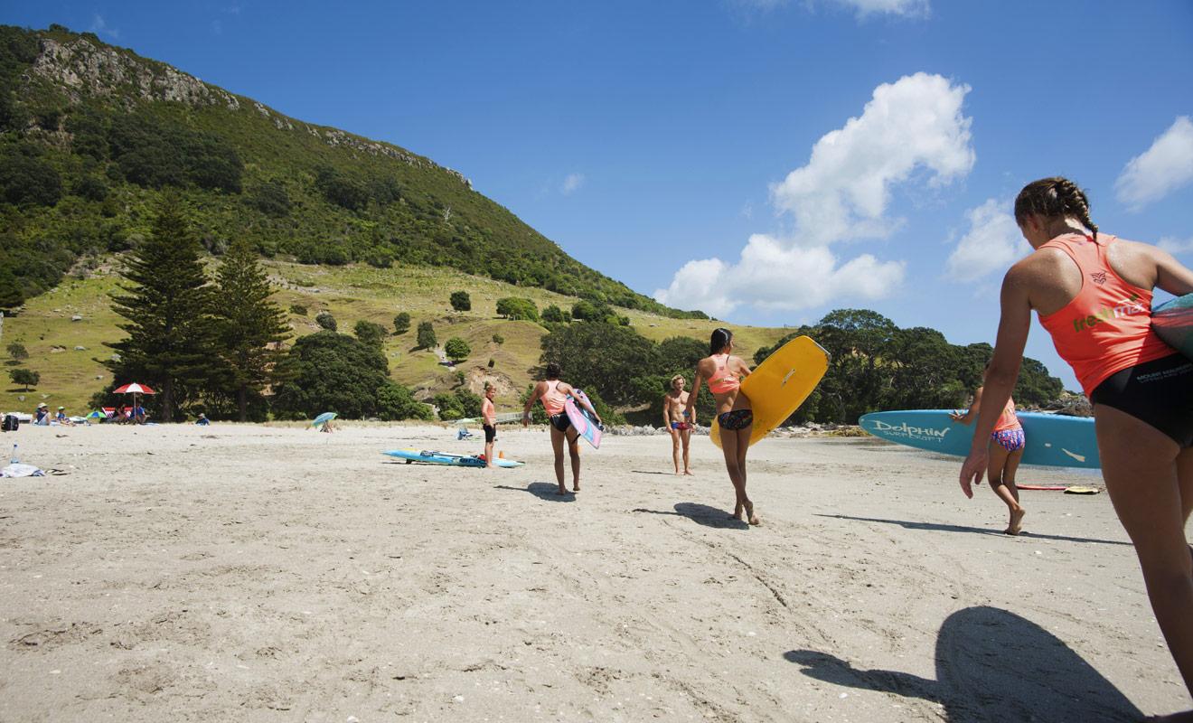 La plage de Mount Maunganui de Tauranga accueille régulièrement les championnats du monde de surf. C'est aussi une plage idéale pour prendre des leçons avec une école de surf certifiée.