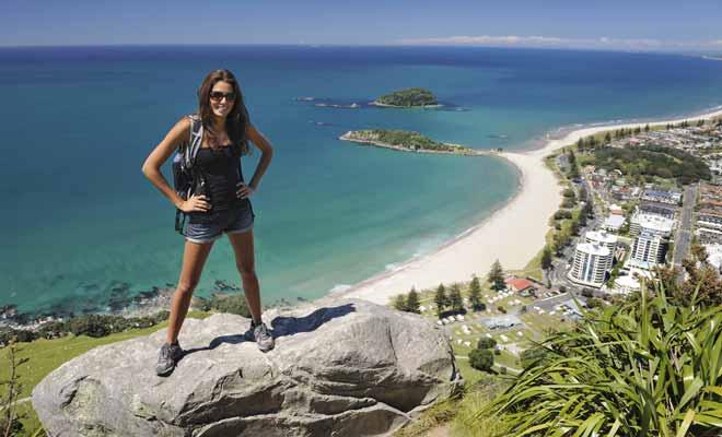 Avec une hausse considérable du nombre de visiteurs chaque année, la Nouvelle-Zélande commence à être limitée en capacité d'accueil durant la haute saison. Il faut alors réserver plus longtemps à l'avance, ou partir durant les périodes moins fréquentées (notamment le début de l'automne en mars).