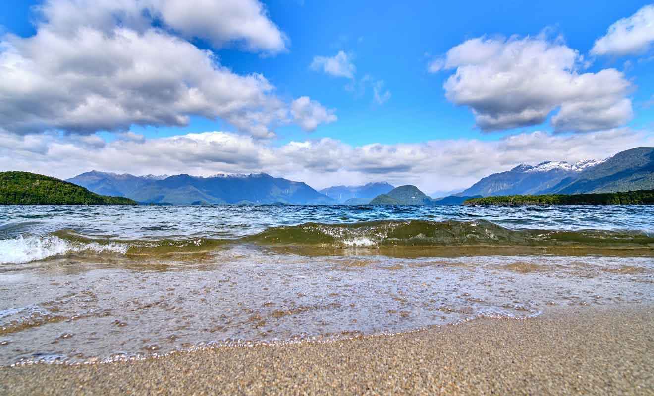 Le lac à lui seul ne justifie pas une visite de la région, et ce sont surtout les randonnées et les fjords qui attirent les voyageurs.
