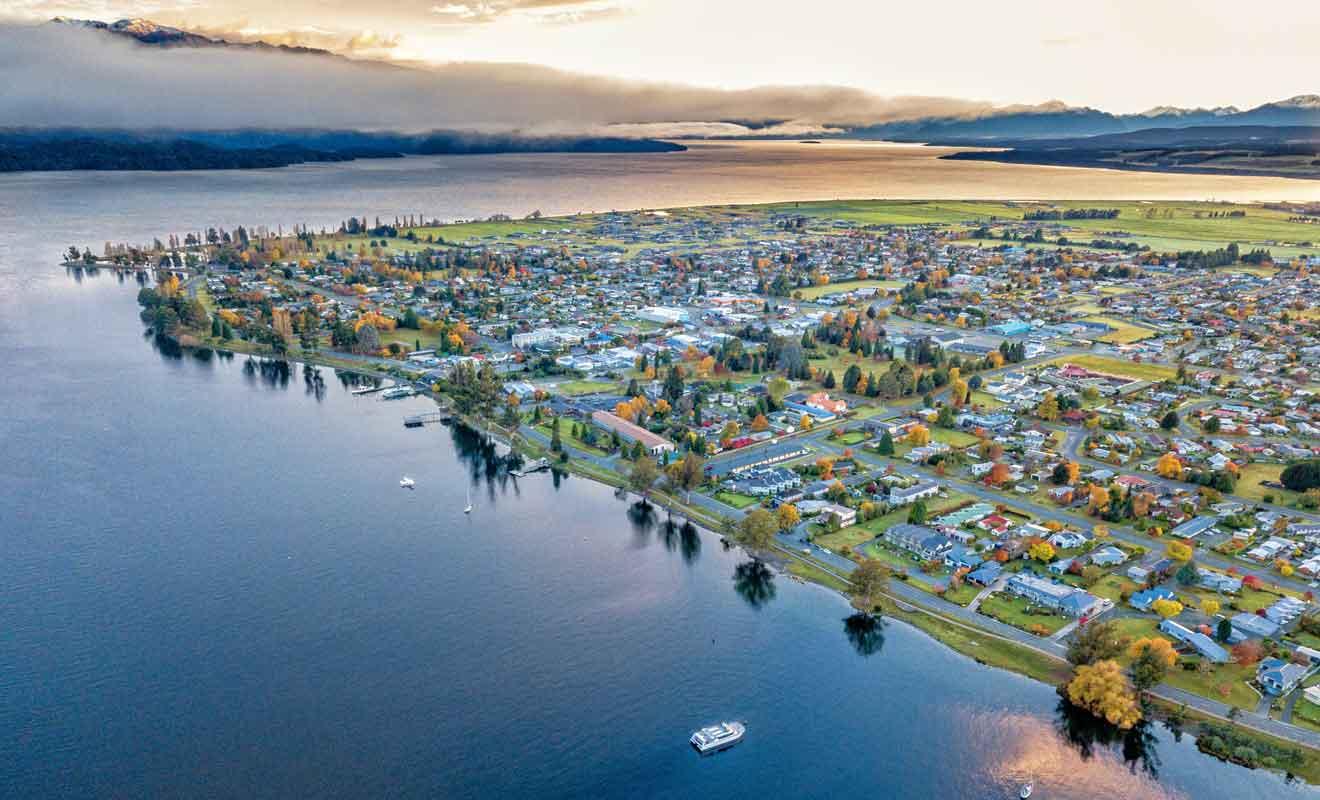 Le village compte moins de 3000 habitants, mais accueille des milliers de touristes qui viennent explorer le Fiordland.