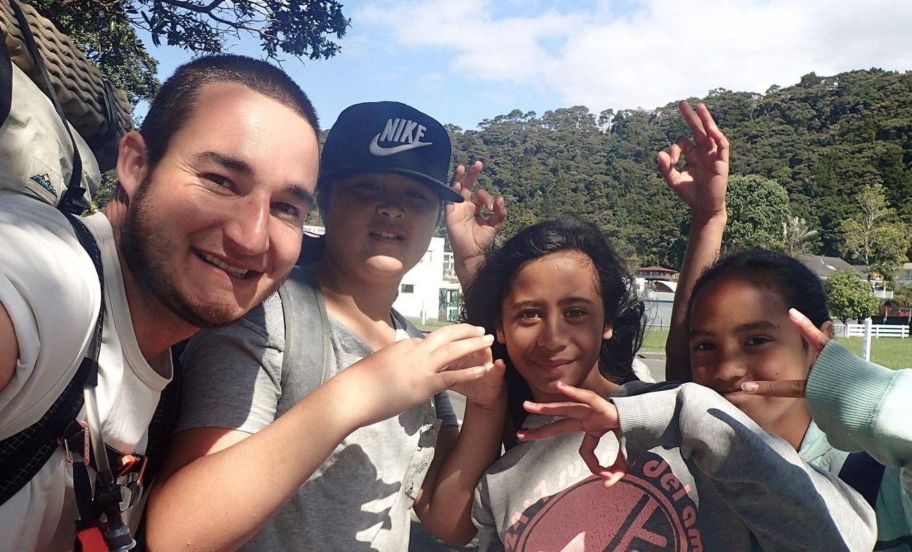 Dans certaines régions peu peuplées de Nouvelle-Zélande, le passage d'un voyageur suscite la curiosité des habitants et surtout des enfants.