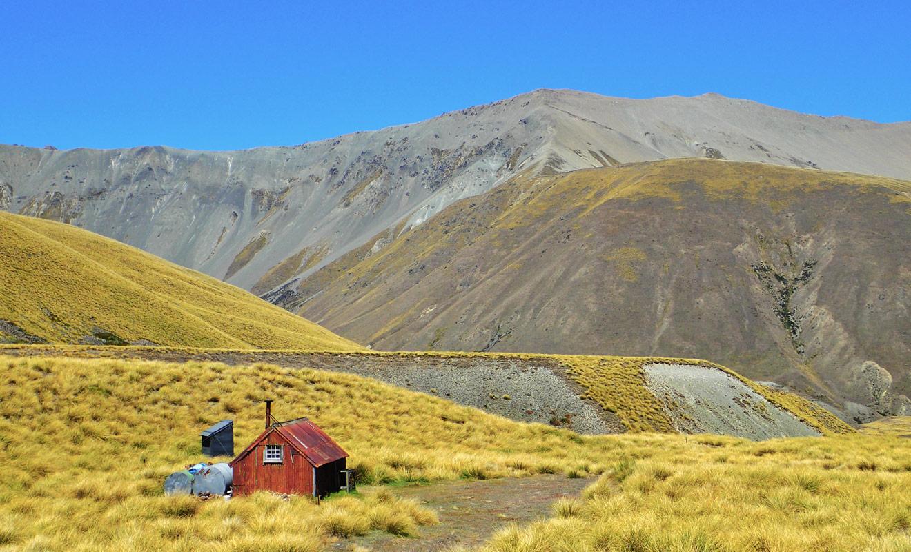 Les refuges (que l'on appelle huts en anglais) sont aménagés pour accueillir les randonneurs et permettent d'avoir un toit pour dormir à défaut d'être véritablement confortables.