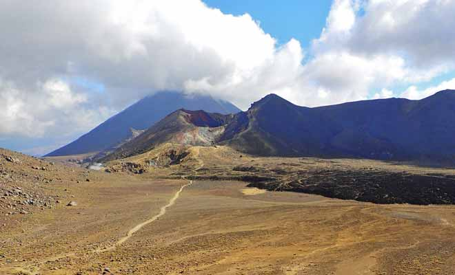 The trail of Te Araroa passes through the most beautiful landscapes of New Zealand. The famous Tongariro Crossing is on the way with its volcanic landscapes and turquoise lakes.