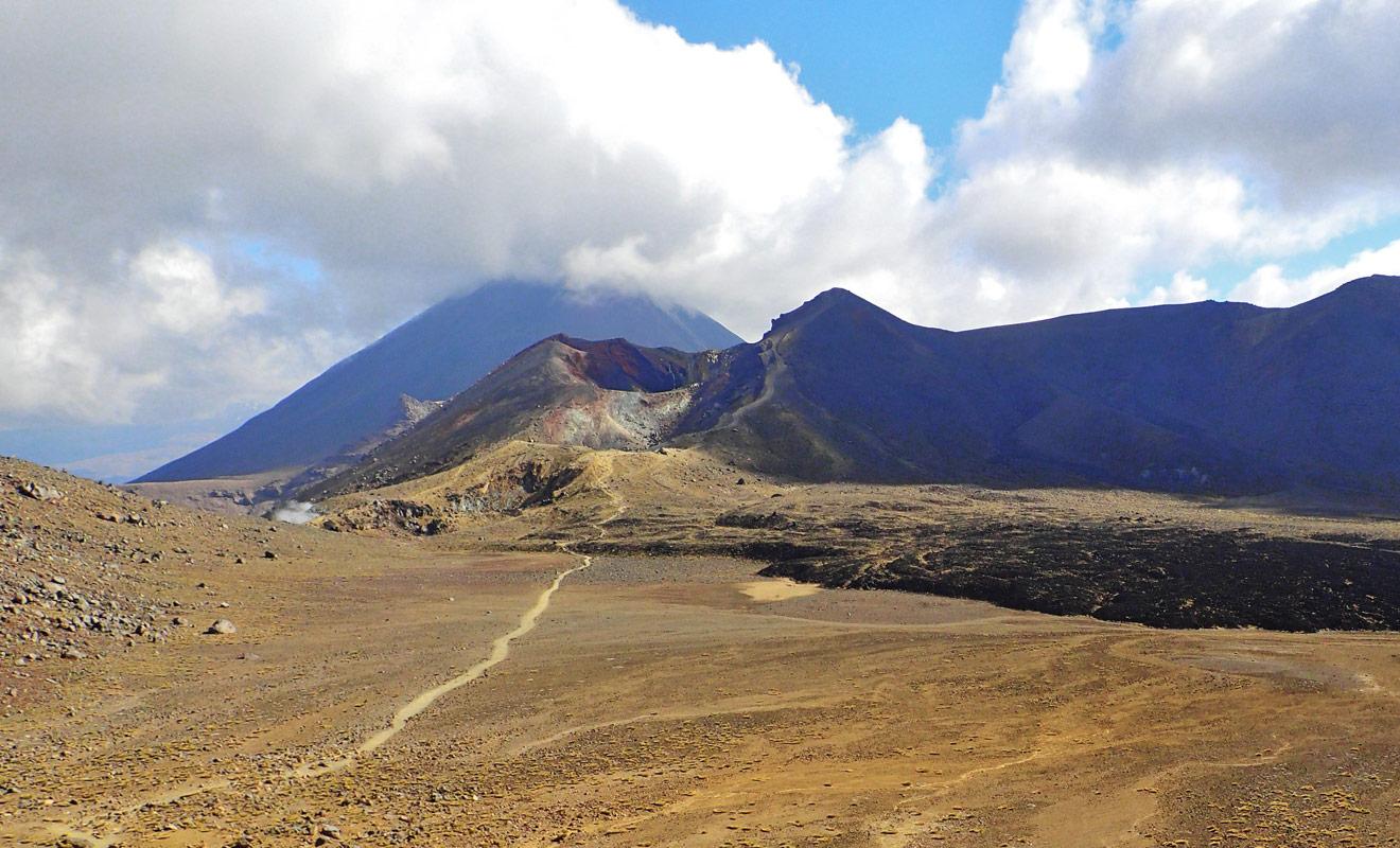 Le sentier de Te Araroa passe par les plus beaux paysages de Nouvelle-Zélande. Le célèbre Tongariro Crossing est au programme avec ses paysages volcaniques et ses lacs turquoise.