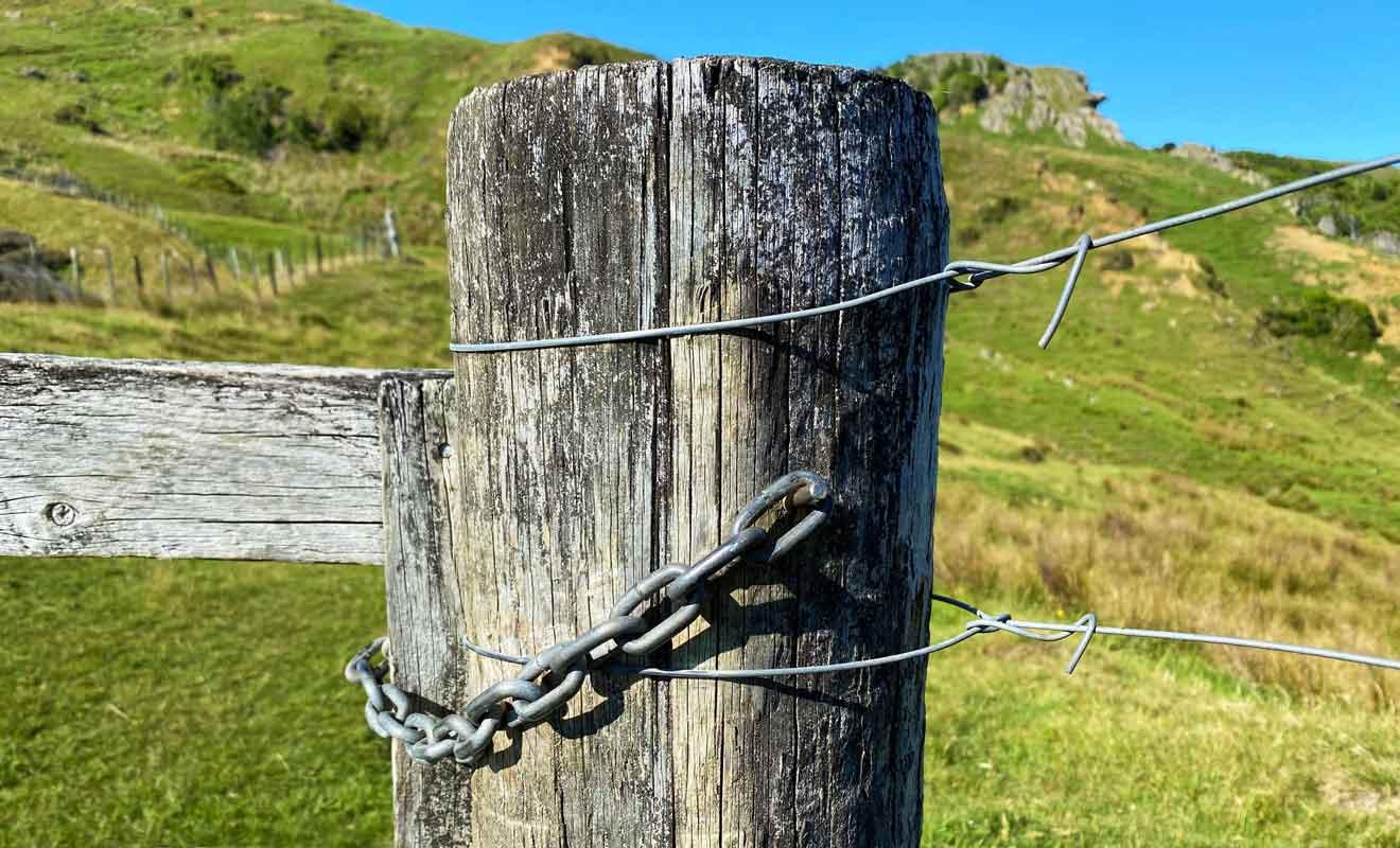 Vous pouvez franchir les enclos, mais il faut penser à refermer les barrières derrière vous.