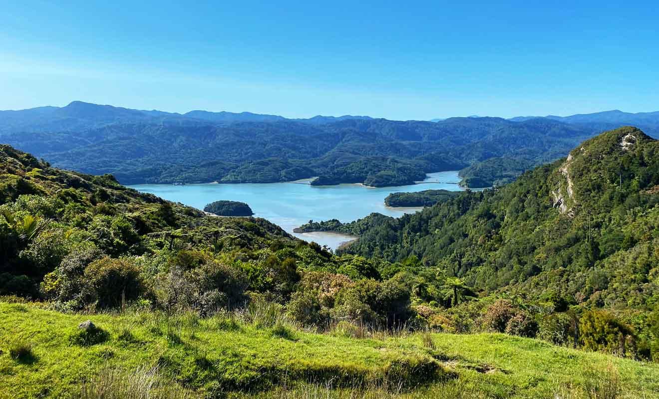 Les collines de Te Hapu surplombent Westhaven Inlet et Kahurangi.