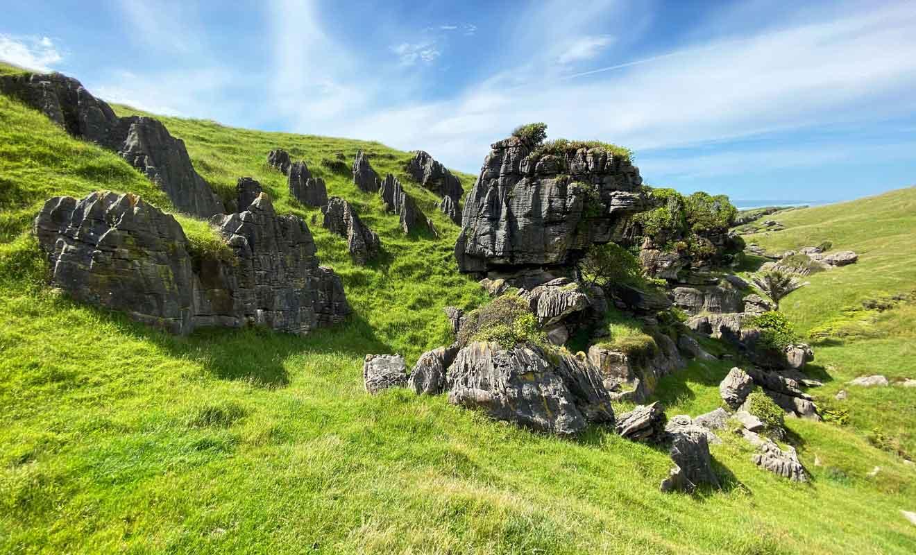 Les innombrables rochers qui parsèment les collines revêtent des formes toutes plus étranges les unes que les autres.