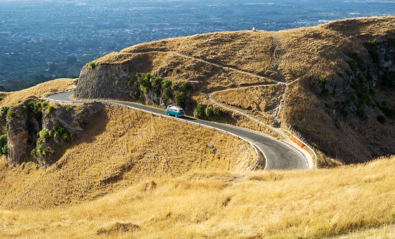 La route qui serpente dans les collines est en très bon état, mais elle doit être suivie avec prudence.
