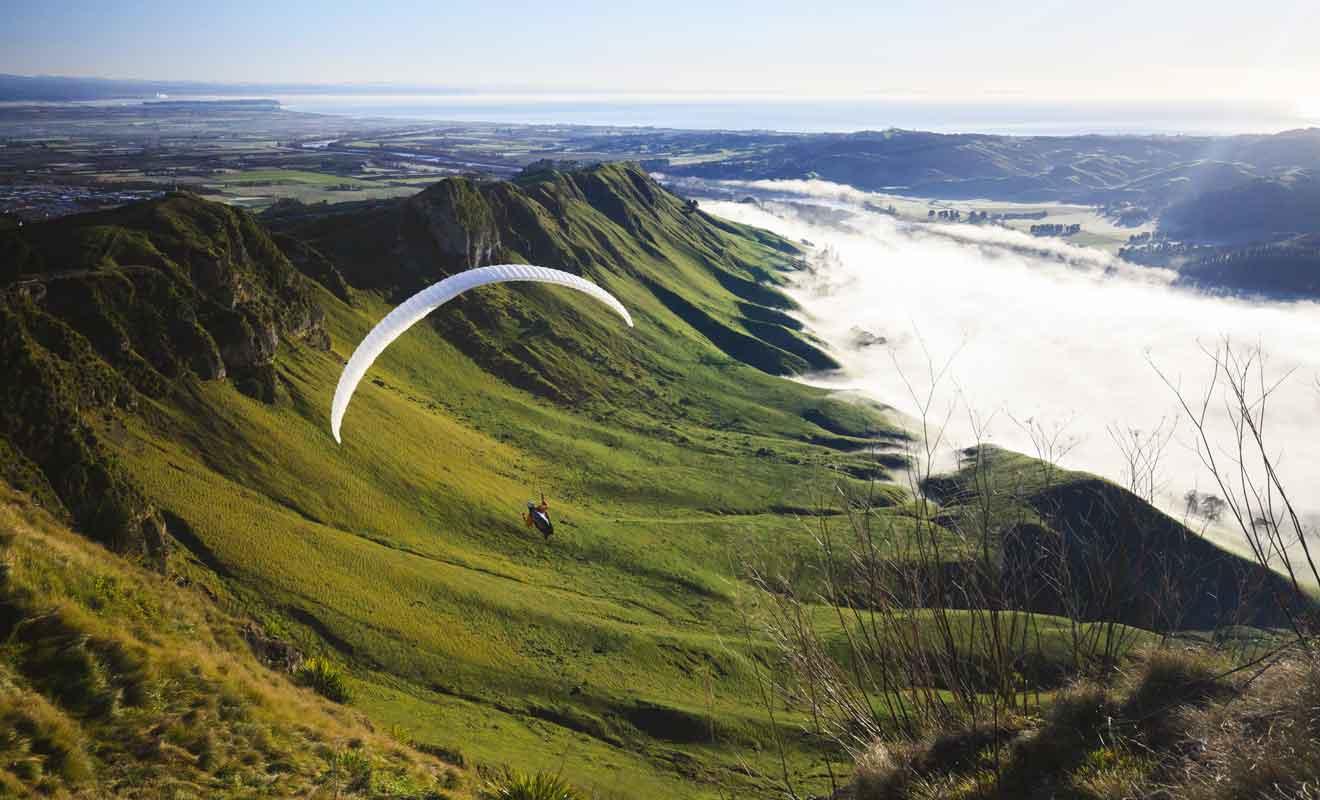 La plateforme d'envol destinée aux parapentes se trouve au sommet des falaises.