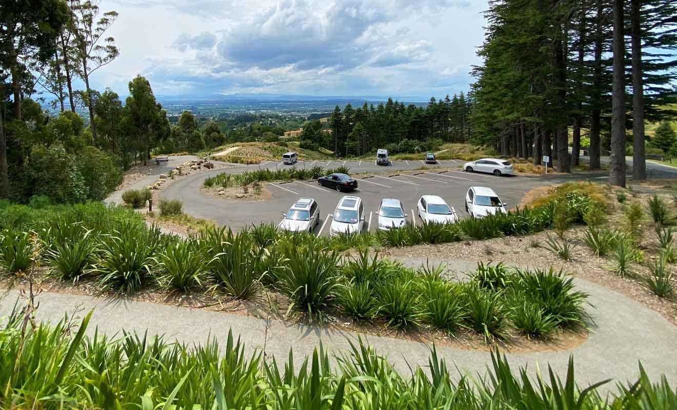 La randonnée qui permet l'ascension de la colline commence au parking principal.