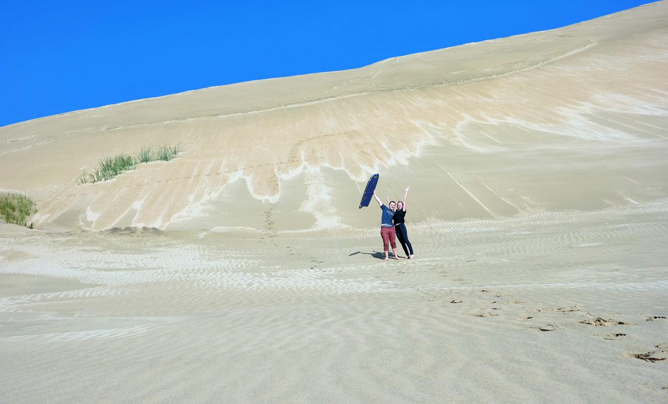 À la pointe nord de la Nouvelle-Zélande se trouvent les dunes de sable de Te Paki. On peut glisser le long des dunes avec une planche de surf !