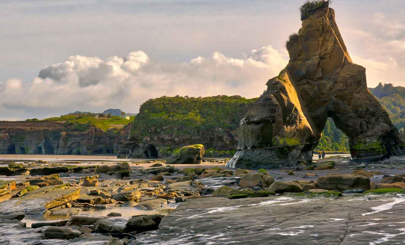 La mer gagne peu à peu du terrain en grignotant la roche siècle après siècle.