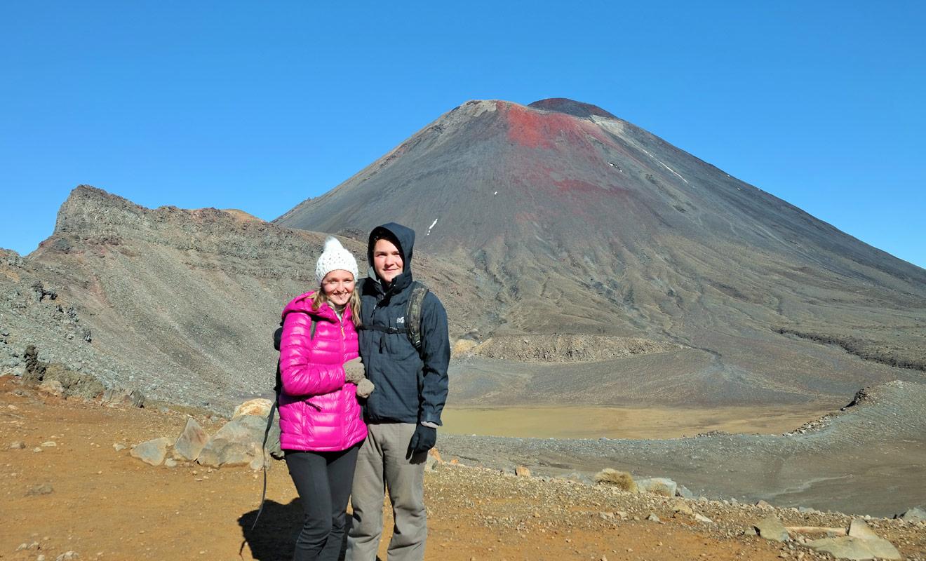 Julie et Quentin ont parcouru les 19,6 km du célèbre Tongariro Crossing. Le trek traverse des paysages grandioses qui ont servi de lieu de tournage pour le Seigneur des anneaux.