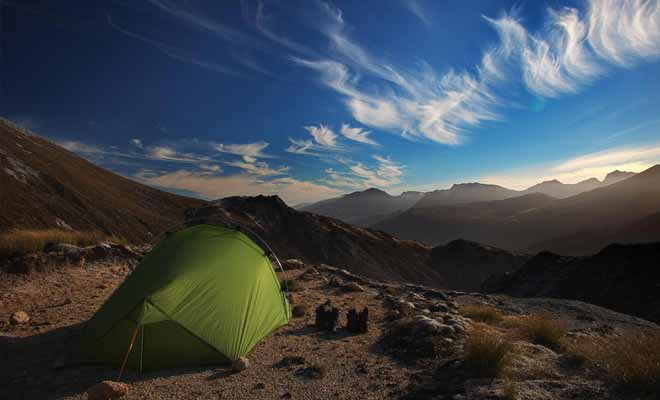 Le camping sauvage est légal, mais parfois réglementé dans les lieux touristiques. Il faut impérativement se renseigner avant de camper.