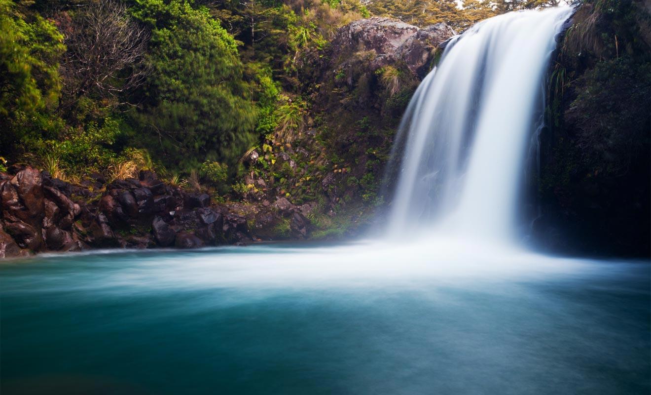 La plupart des randonneurs ignorent l'existence de la cascade de Ketetahi. Il faut suivre une courte randonnée facultative en fin de parcours, alors que l'on est épuisé. Dans cet état, on préfère généralement s'allonger dans l'herbe pour attendre la navette du retour.