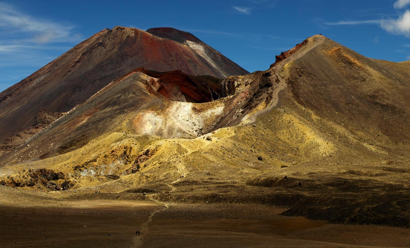 La descente en direction du cratère central est la partie la plus difficile pour les visiteurs qui ont le vertige. Une étape qui sera beaucoup plus aisée si l'on pense à se munir de bâtons de marche et si l'on prend son temps.