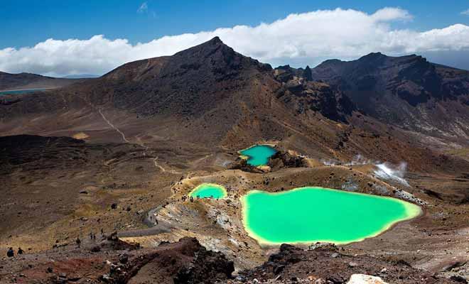 Le Tongariro Alpine Crossing est la randonnée sur une journée la plus populaire de Nouvelle-Zélande. Les lacs turquoise dans le cratère central constituent le grand moment de la journée.