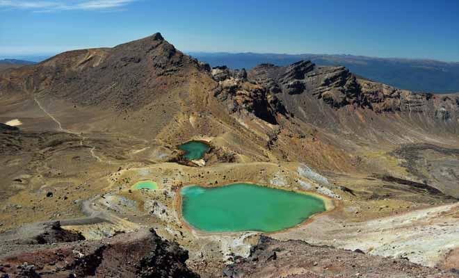 Les lacs se sont formés à la suite à des éruptions volcaniques. Recouverts de glace en hiver, ils se révèlent au début du printemps.