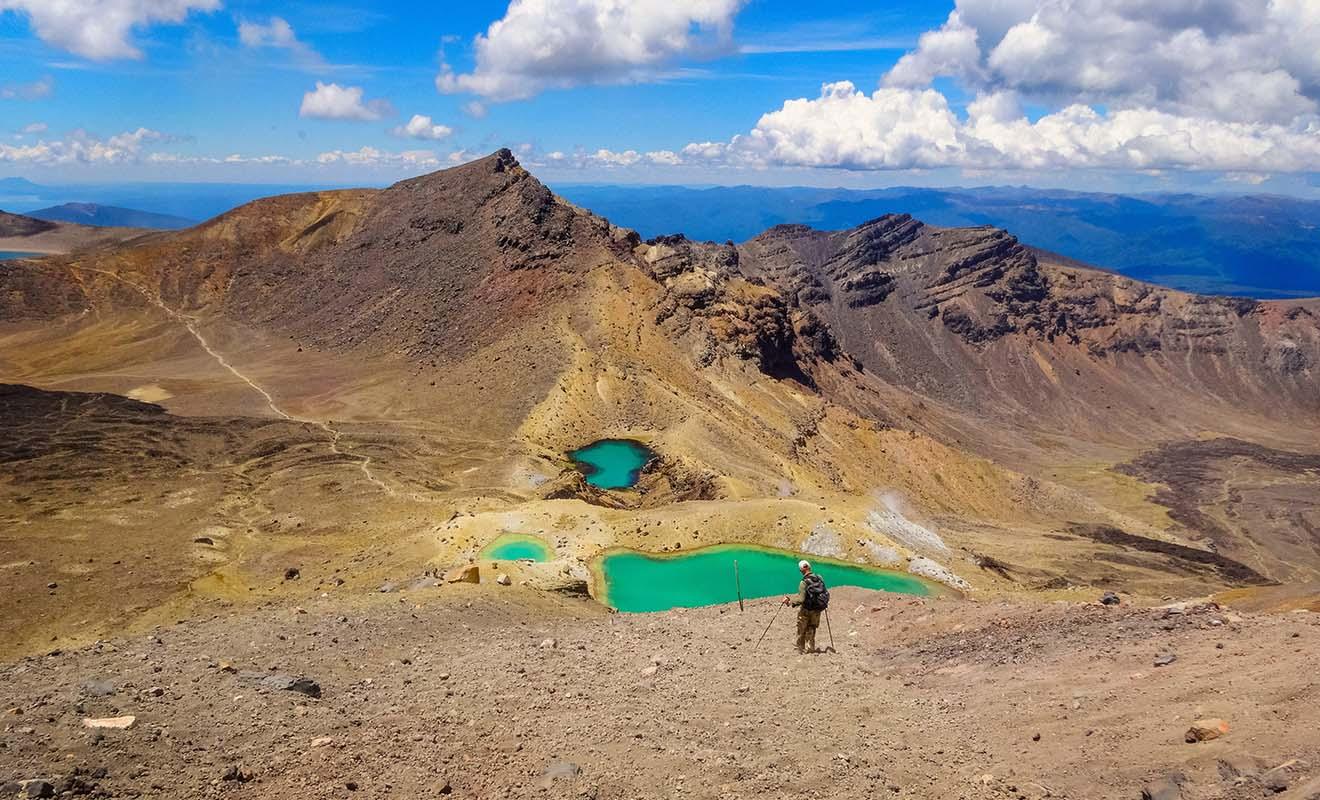 Le Tongariro Alpine Crossing traverse un désert, escalade un volcan et s'achève dans un forêt ! Difficile de trouver un trek plus varié en Nouvelle-Zélande.