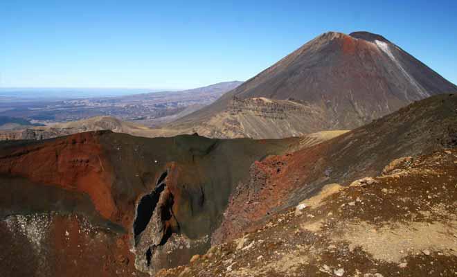 La teinte rouge spectaculaire du cratère est liée à la présence d'oxyde de fer. Elle résulte de l'activité volcanique, et se retrouve également sur White Island.