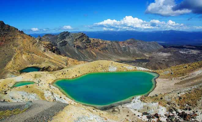 L'eau des lacs turquoise n'est pas potable. Il suffit de l'observer pour constater qu'elle fume légèrement en raison de l'activité volcanique. Impossible de s'y baigner bien entendu.