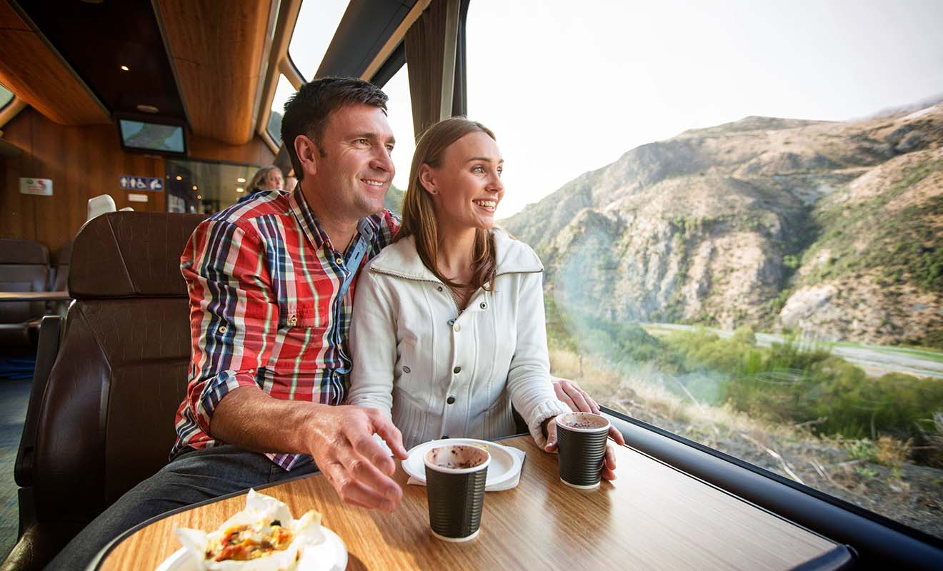 On prend le train en Nouvelle-Zélande surtout pour admirer les paysages, c'est pourquoi les wagons ont été réaménagés pour être plus confortables.