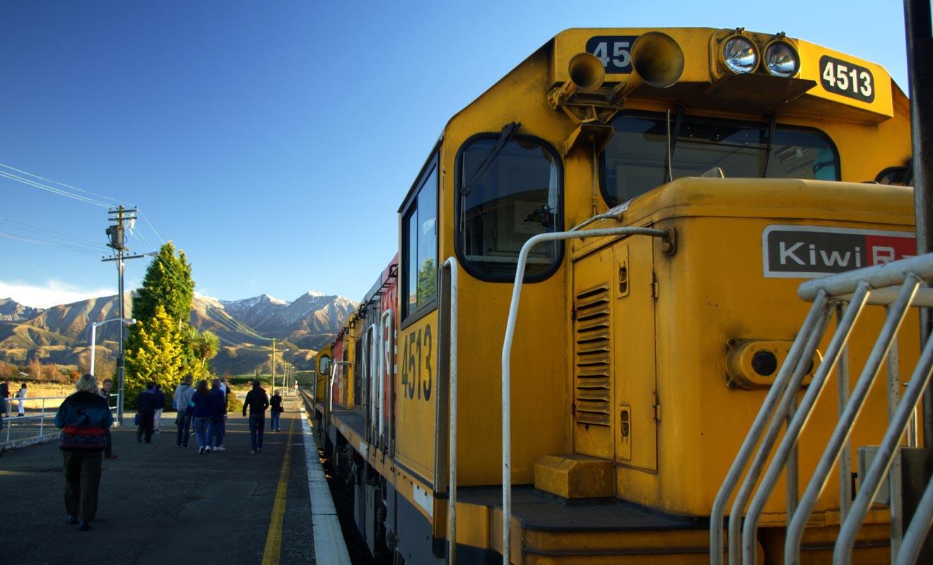 Le train néo-zélandais est d'une rare lenteur, ce qui permet d'admirer le paysage. Mais il ne faut pas être pressé, car un simple Auckland - Wellington dure près de 8 heures !