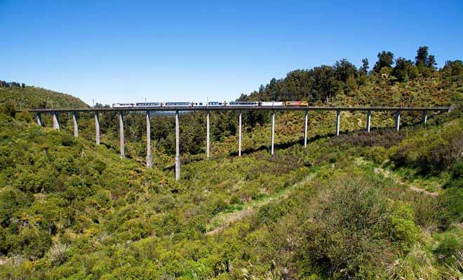 Plutôt que d'imposer de grands détours pour contourner le relief, de nombreux ponts et viaducs ont été construits pour laisser passer le train.