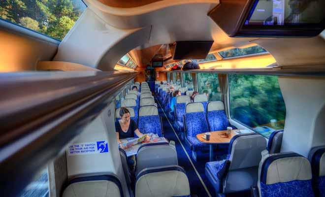 Parce que les voyageurs sont là avant tout pour admirer le paysage, de grandes vitres ont été installés, y compris au plafond.