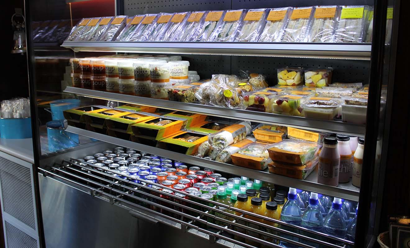Si vous n'avez pas acheté de quoi manger avant le départ, vous trouverez tout le nécessaire dans le wagon-bar du train.