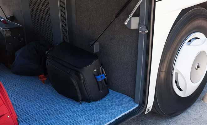 Selon l'endroit ou vos bagages sont rangés dans le coffre du bus, vous serez servie en premier ou en dernier.