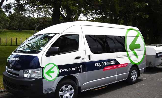 Le supershuttle est un service de navette pour se rendre de votre hôtel à l'aéroport (et vice-versa) qui est surtout pratique en soirée quand le réseau de bus ne fonctionne plus et que les taxis sont débordés.