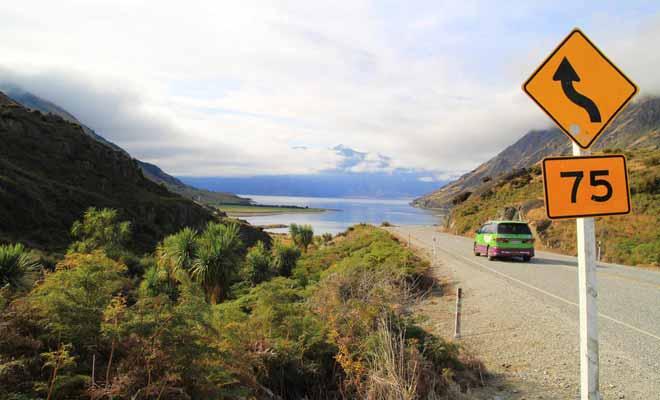 Dans un pays au relief volcanique (la Nouvelle-Zélande est une succession de creux et de bosses), il convient de rester vigilant sur la route. Il vaut mieux s'arrêter pour profiter des paysages que de prendre le risque d'avoir un accident.
