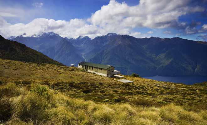 Les grandes randonnées, notamment celles des Nine Great Walks du Département de la Conservation, se parcourent en 3 à 5 jours en moyenne. Vous pouvez passer la nuit à la belle étoile dans des campings ou profiter de refuges (payants pour la plupart).