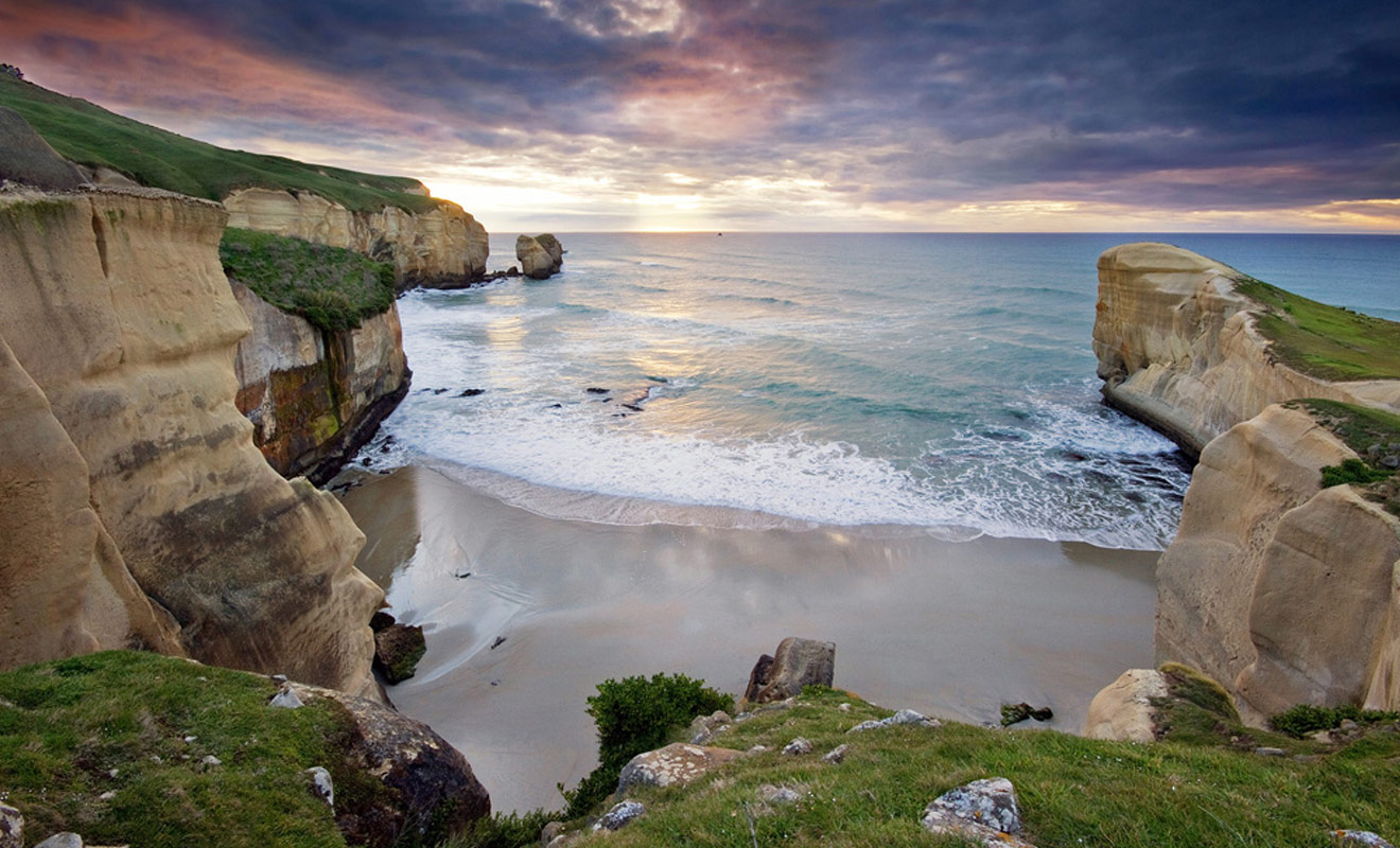 Cette plage est accessible uniquement grâce à un long tunnel creusé dans la roche de calcaire avec de la dynamite il y une centaine d'année. On y rencontre parfois des otaries et l'on y ramasse des os de baleines à l'occasion.