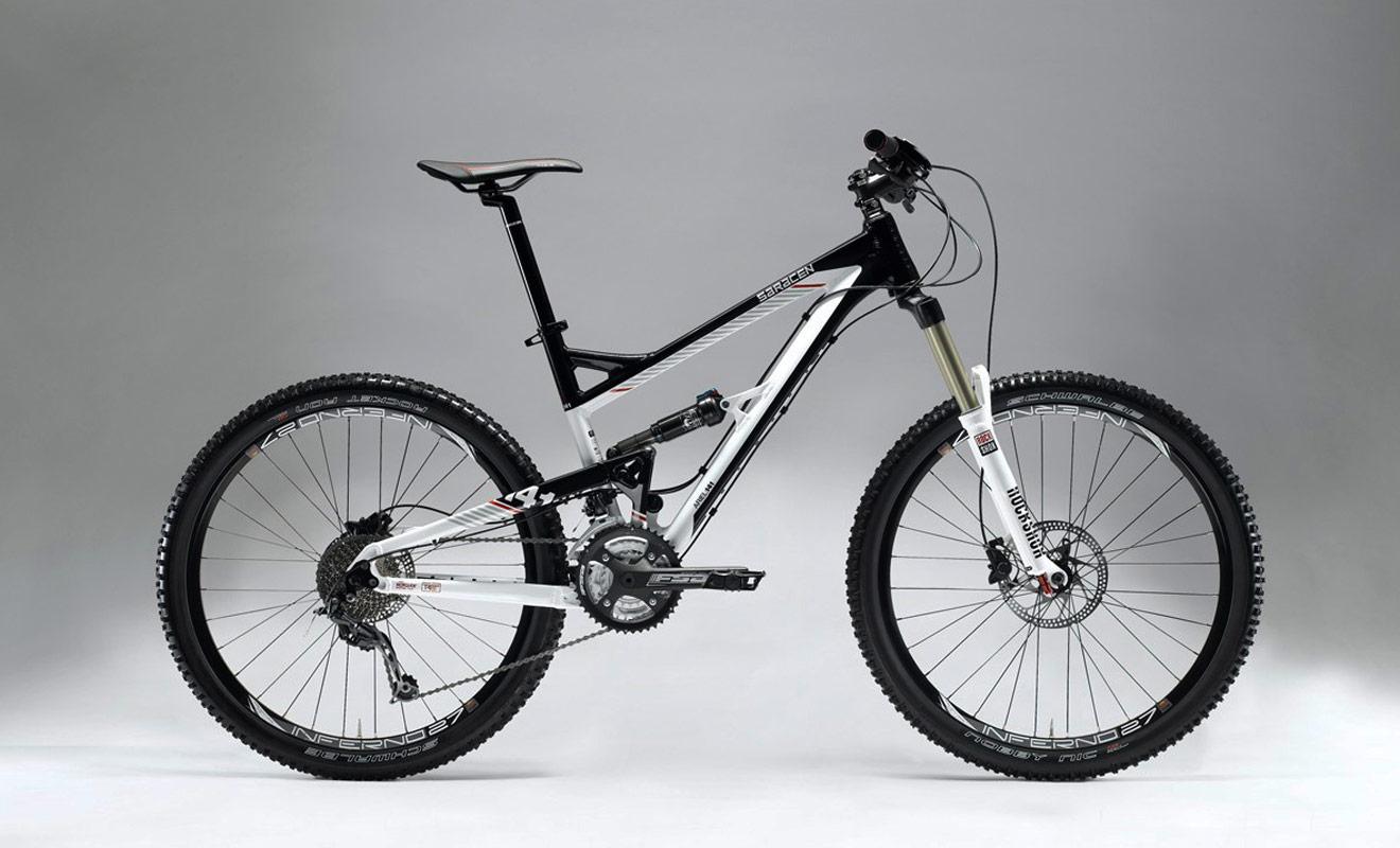 Les VTT de type Full Suspension sont équipés de suspensions à l'avant comme à l'arrière, ce qui les rend agréables dans les descentes sur des surfaces irrégulières. En revanche, le poids du vélo sera plus conséquent.