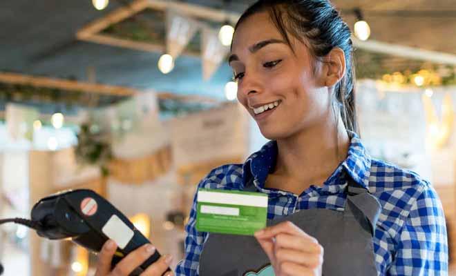 La carte EFTPOS (Electronic funds transfer at point of sale) est un moyen de paiement utilisé pour de petits achats comme des courses au supermarché.