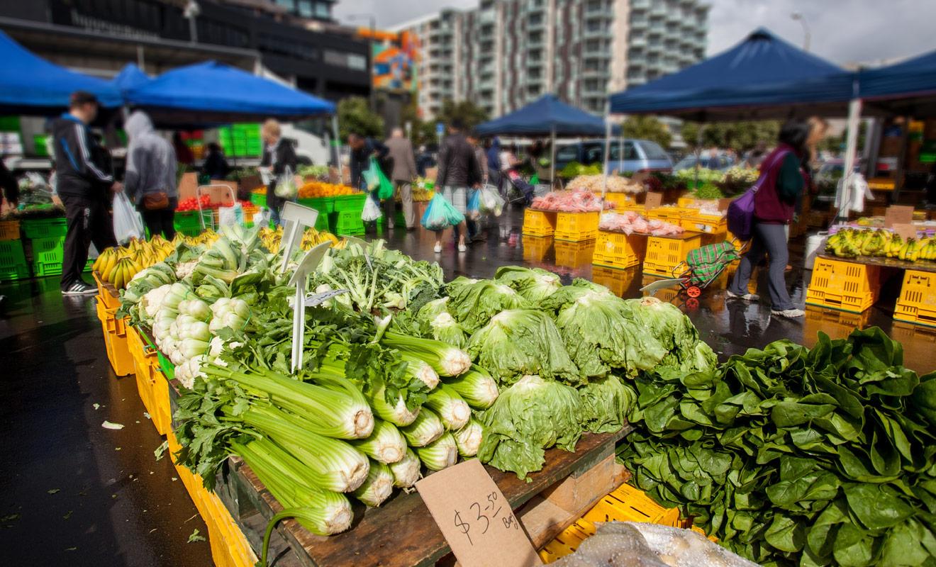 Dans un pays où l'agriculture est encore un secteur très important, les marchés offrent la possibilité de s'approvisionner en produits sains à un prix très compétitif. C'est aussi la solution rêvée pour rencontrer des Néo-Zélandais.