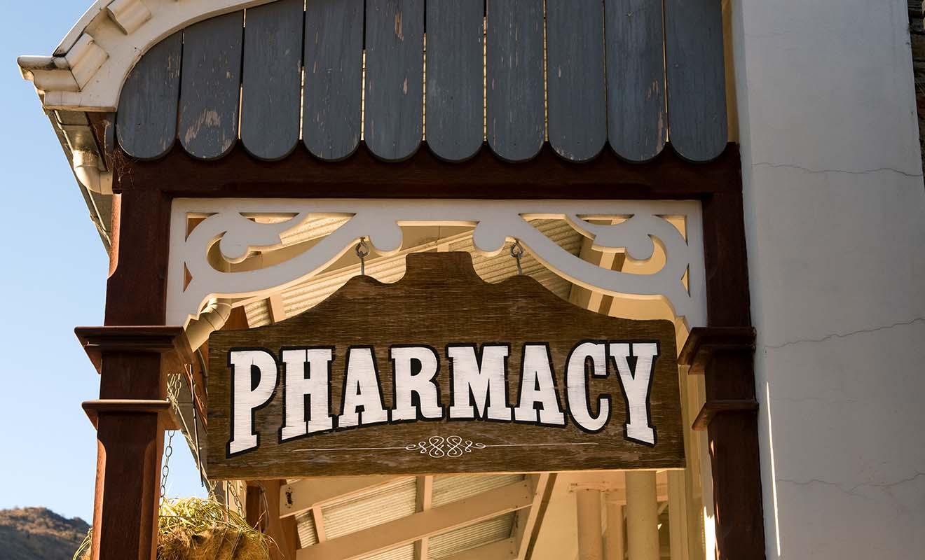 Les pharmacies vendent des médicaments sur ordonnance, sachant que les médicaments courants comme l'aspirine se trouvent à prix bas en grande surfaces.