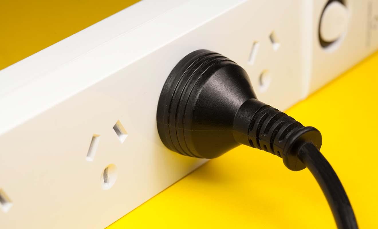 Si le voltage des prise de courant est le même qu'en France, en revanche la forme n'est pas la même, ce qui impose l'utilisation d'un adaptateur.