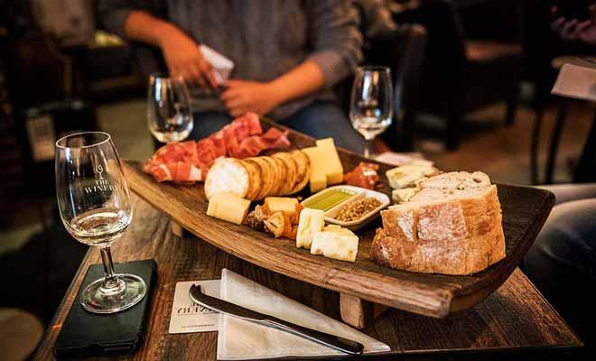 The Winery à Queenstown permet de déguster 80 vins différents avec des planches de fromage ou de charcuterie.